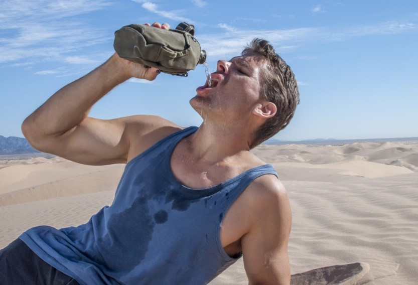Man dehydrated drinkning water